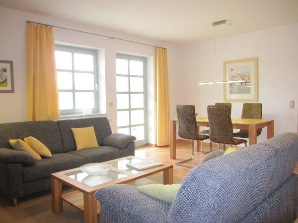 Wohnzimmer mit riesigem Südbalkon