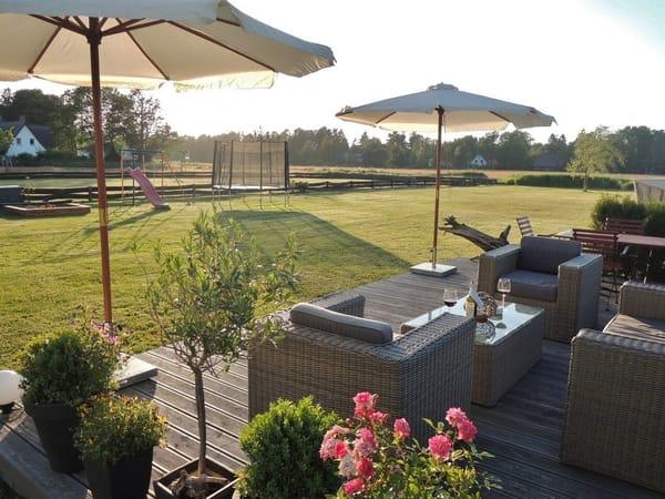 Wiese mit Terrasse, Trampolin, Sandkiste und Schaukel
