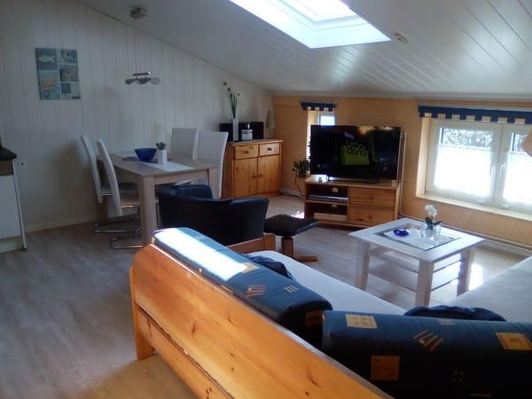 Wohnzimmer oder Wohnschlafraum mit integrierter Küche. 2016 weiße Vertäfelung und Plankenboden, neue Küche.
