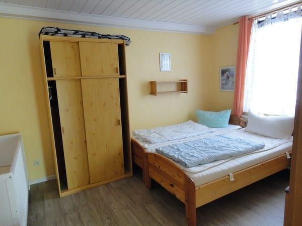 Schlafzi. zusammengestellte Betten.