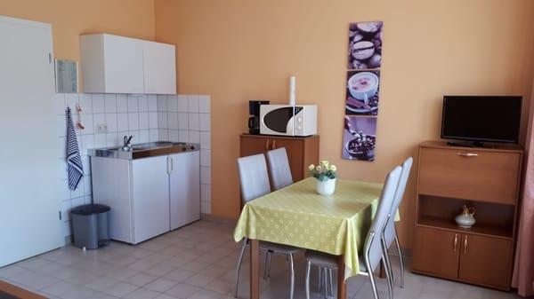 Küche im Wohnraum  unserer Ferienwohnung in Pantow auf Rügen zwischen Zirkow und Binz