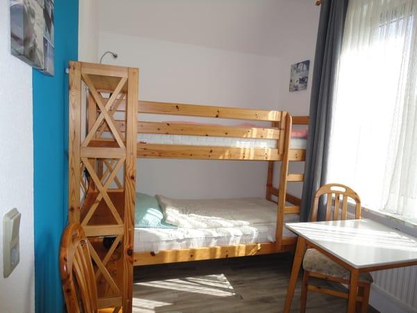 Etagenbett 90x200. Hier kann das Kinderbett anstelle des Tisches aufgestellt werden.