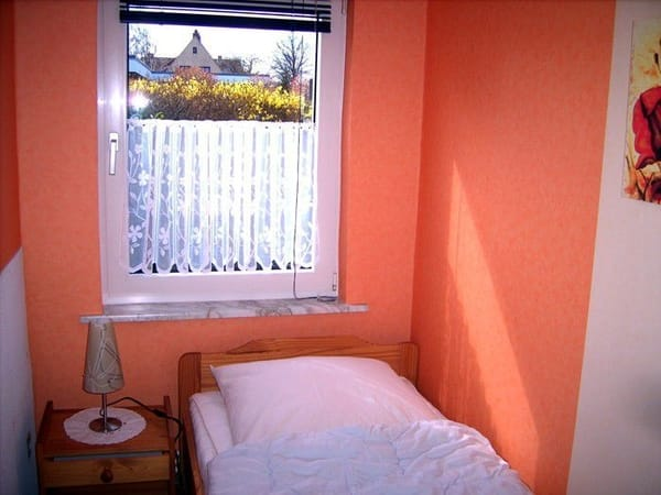 Kinderzimmer m. 1 Bett 190x90 cm, Komode, Nachtschrank, Stuhl