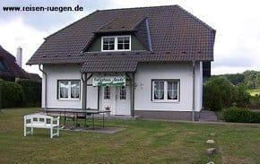 Vorderansicht von unserem Ferienhaus mit vier Ferienwohnungen in Pantow auf Rügen zwischen Zirkow und Binz