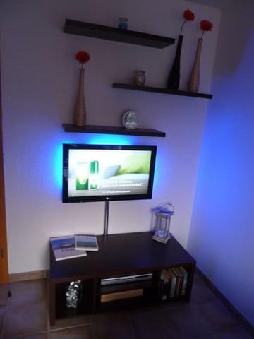 Fernseher mit DVD und Hintergrundbel.