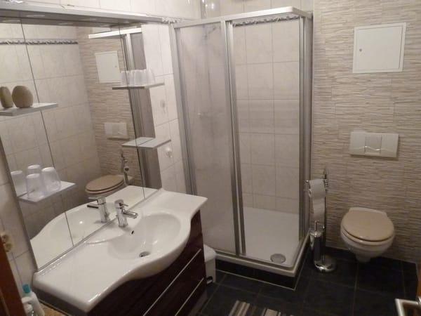 Bad mit Waschtisch, Regendusche und WC