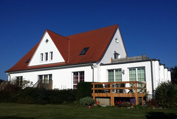 Hausansicht von der Gartenseite mit Blick auf die Dachterrasse