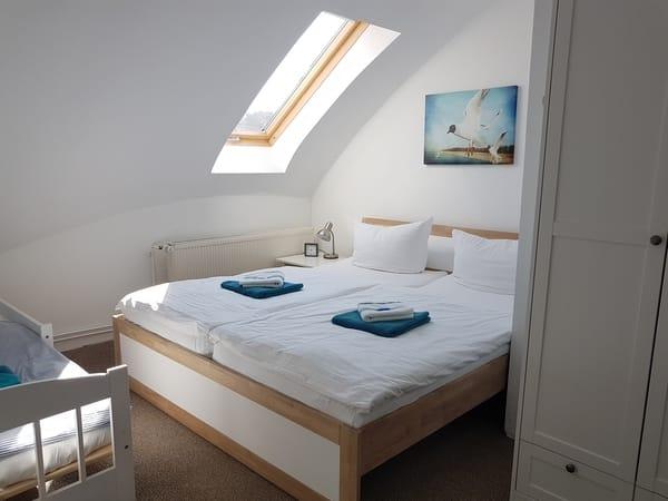 Schlafzimmer mit Jugendbett
