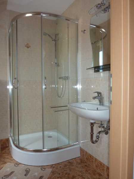 Modernes Bad mit Dusche u. WC