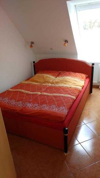 Schlafzimmer mit Doppelbett u. Kleiderschrank