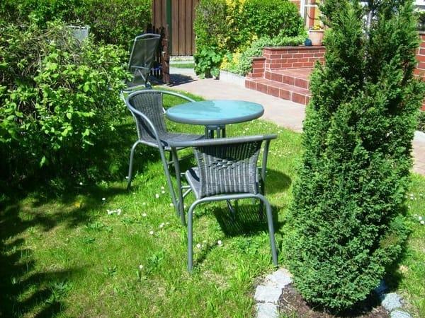 Sitzplatz im Garten vor dem Haus