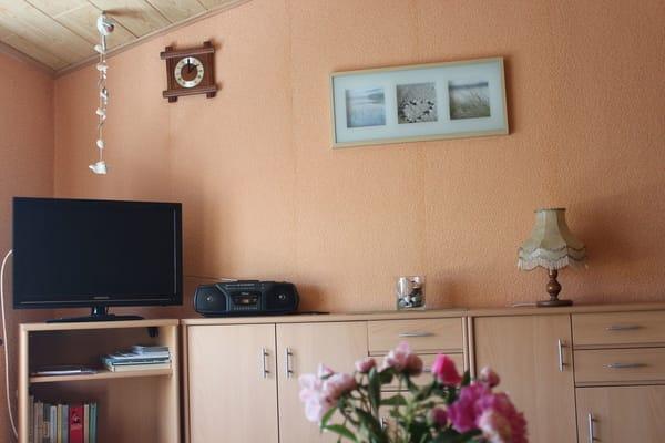 Wohnraum mit Fernseher und Radio