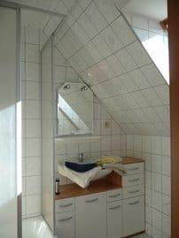 Bad im OG: Dusche m. Eckeinstieg