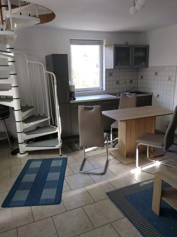 Wohnraum m. Küchenzeile u. Wendeltreppe zum Schlafraum u. Bad