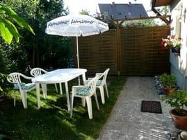 Terrasse m. Grillmöglichk. u. Eingang z. FW rechts im Bild