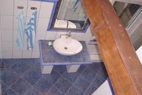 Geräumiges Tageslicht-Bad im mediterranen Stil