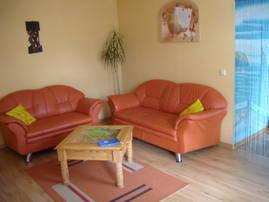 gemütliches Wohnzimmer mit daran ansgrenzendem  Schlafbereich