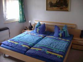 Schlafzimmer mit Doppelbett in der 1. Etage
