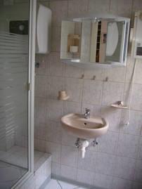 Bad im Erdgeschoss mit Dusche und WC