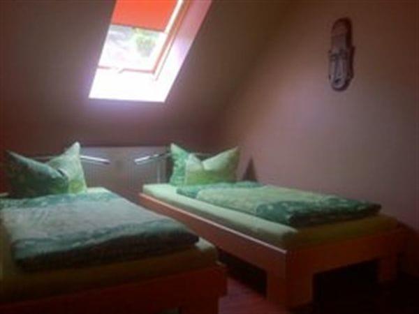 separates Schlafzimmer mit 2 Einzelbetten