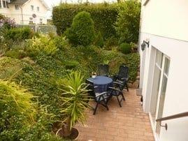 Außenansicht mit Terasse und Garten
