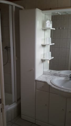 Badezimmer mit Dusche und separatetem WC