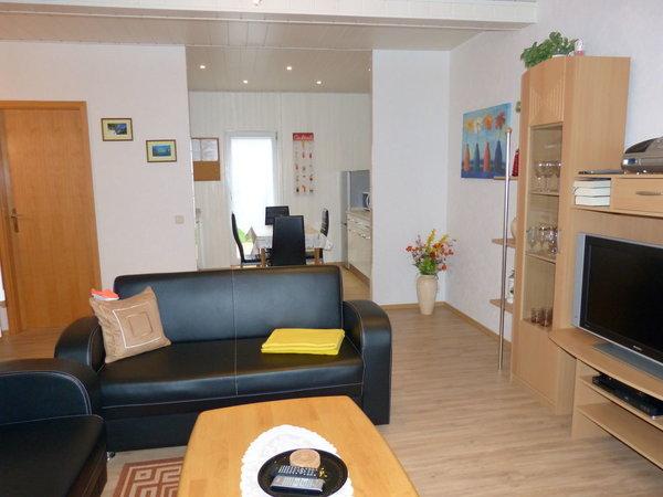 Wohnzimmer mit Blick zur offenen Küche