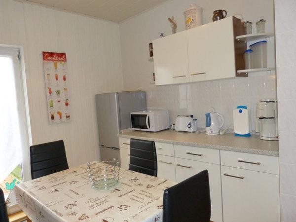 Küchenzeile mit Kühl- und Gefrierkombination