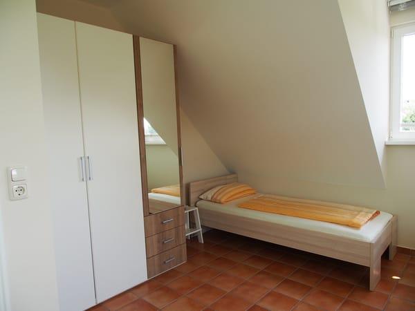 Großer Kleiderschrank u. Einzelbett