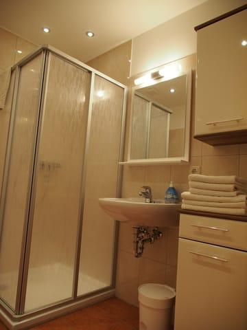 Badezimmer mit WC u. Dusche