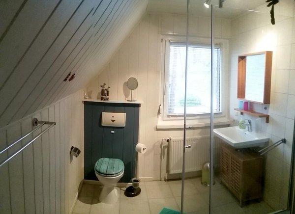 Bad mit Dusche, WB, WC, Sitzbank usw.
