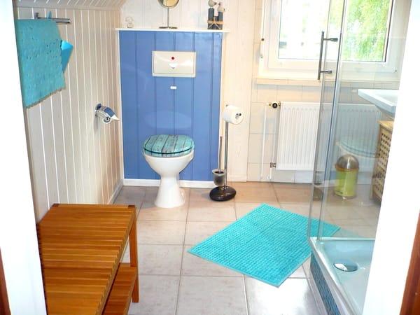 Badezimmer mit Fenster, großer Dusche, WB, WC, Sitzbank usw.