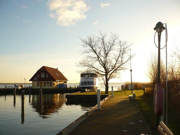 Hafen von Born - Fischimbiss direkt am Wasser u. Anleger für Schiffe u. Wasserwanderrastplatz