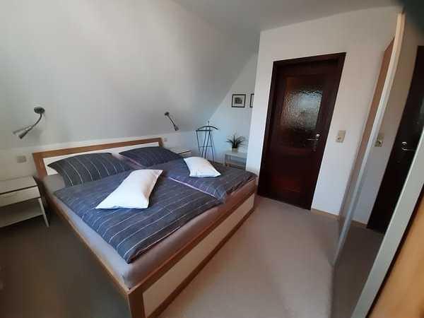 Doppelbett 1,80 x 2,00 m, Schwebetürenschrank, verstellbares Kopfteil