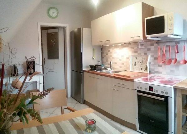 Küche mit Kühl/Gefrierkombi, E-Herd Ceran, Kaffeemaschine u. Pad-Maschine, Wasserkocher, Toaster, Spüle, Geschirr usw.
