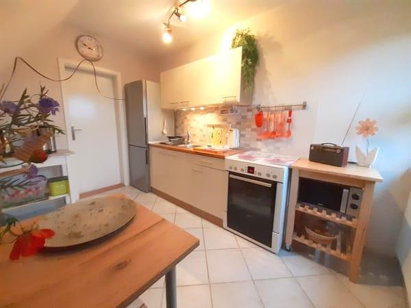Küchenzeile mit Kühlschrank, Spüle, E-Herd mit Ceranfeld, Mikrowelle