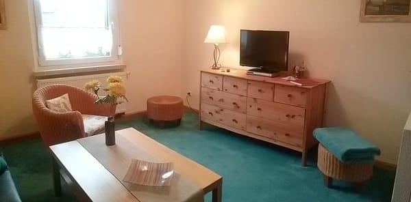Wohnzimmer mit Sat-TV,  Sesseln u. Couchtisch