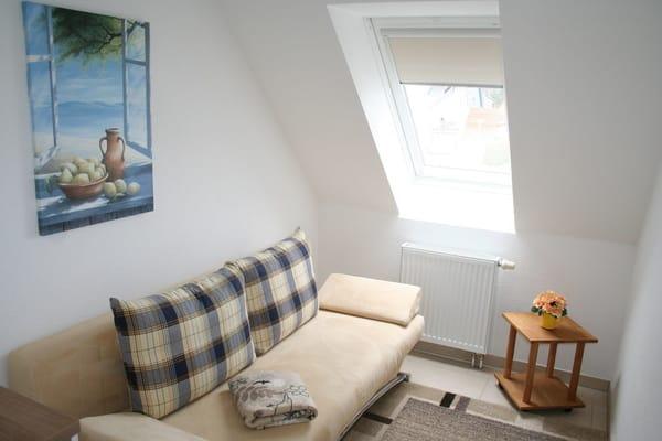 kleines Zimmer mit ausziehbarer Couch