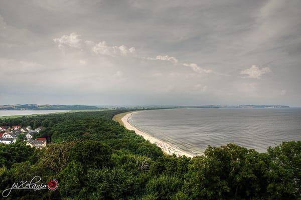 Der Blick vom Lotsenturm zum langen Sandstrand von Thiessow