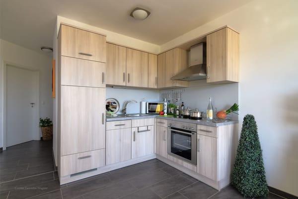 Voll ausgestattete Küche mit Geschirrspülmaschine, großem Kühlfach u. Kühlschrank, Backofen, Ceranfeld, Mikrowelle, Kaffeemaschine, Toaster, Wasserkocher und Eierkocher.