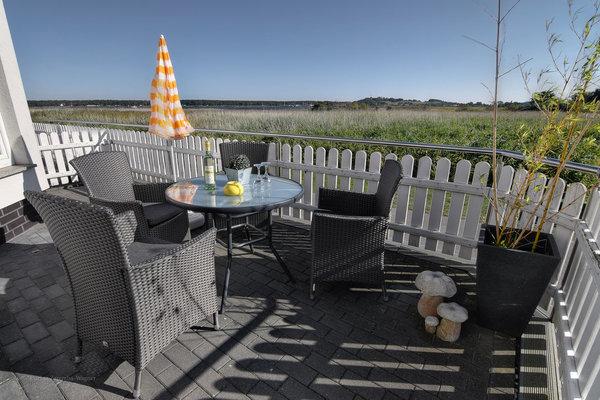 Ihre Terrasse mit Blick auf den Zickersee und die Ostsee/Greifswalder Bodden.