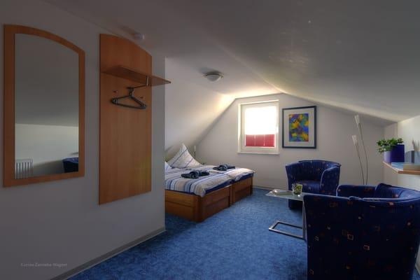 Ihr zweites Schlafzimmer im Spitzboden, mit einer zusätzlichen Sitzecke, ist über eine Treppe im Wohnraum zu erreichen.