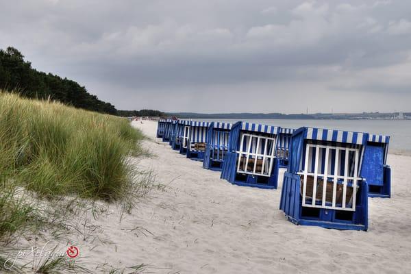 Strandkörbe in Erwartung des Sommers und der Gäste