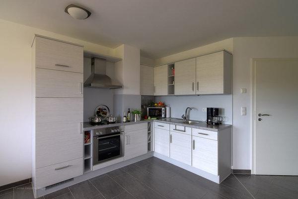 Voll ausgestattete Küche mit Geschirrspülmaschine, großem Gefrierfach u. Kühlschrank, Backofen, Ceranfeld, Microwelle, Kaffeemaschine, Wasserkocher, Toaster und Eierkocher.