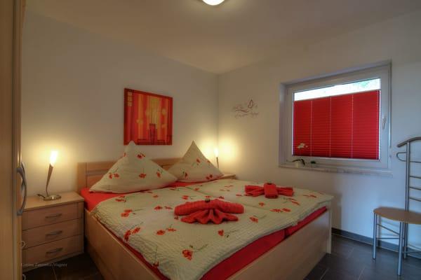 Gemütliches Schlafzimmer mit großem Kleiderschrank. Die Erstausstattung mit Bettwäsche ist inklusive.