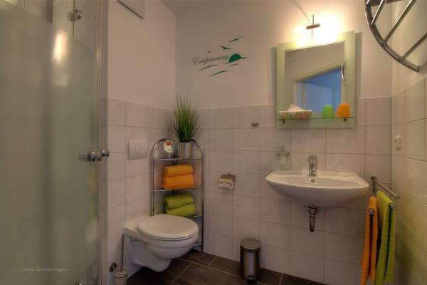 Badezimmer mit Dusche, die Erstausstattung mit Handtücher und Badetücher ist inklusive.
