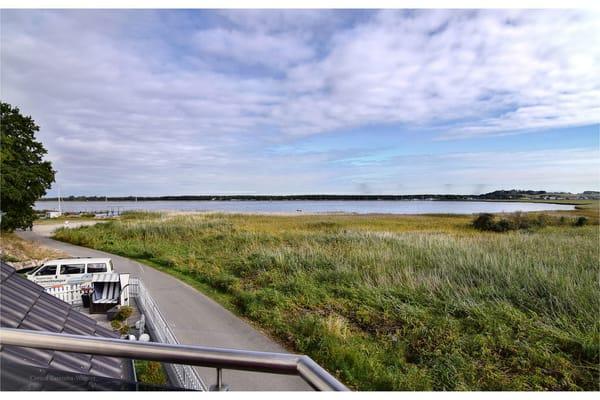 Diesen Blick auf den Zickersee und auf den Lotsenberg, genießen Sie von Ihrem Balkon aus.