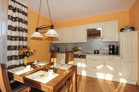 großzügiger Essbereich mit integrierter moderner Küche
