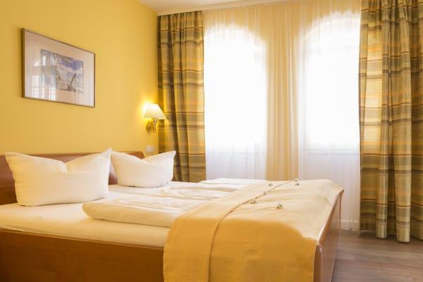 Schlafzimmer mit kleinem Balkon, der zur zur Meerseite ausgereichtet ist