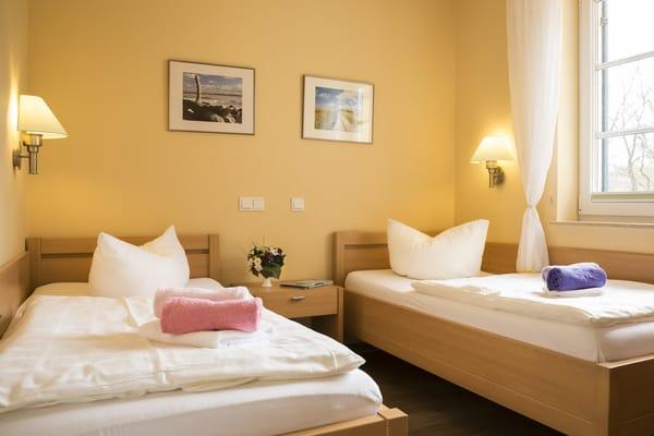 zweites Schlafzimmer mit zwei Einzelbetten (90 x 200)